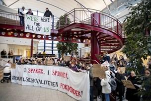 Rektor på vej til julehygge: Mødt med buh-råb og protestsange