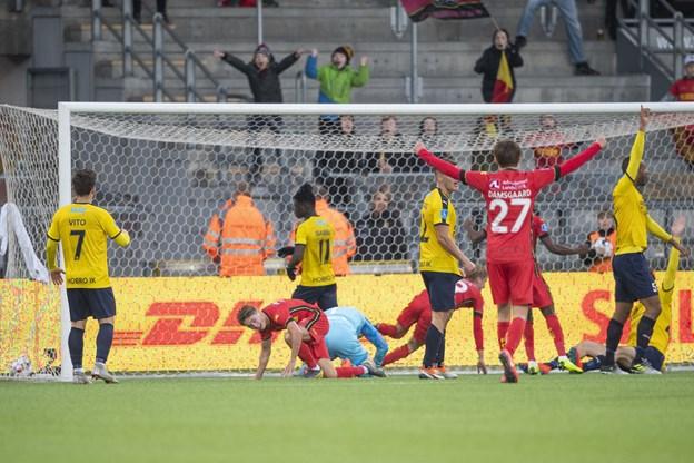 Yaw Amankwah appellerer for offside på FCN's 1-0 scoring efter 42 minutter. Foto: Henrik Bo