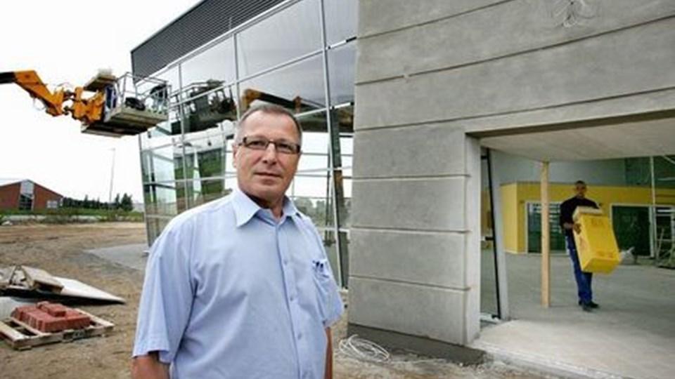 Autoforhandler Jan Bengtsen bygger sit nye bilhus ved Hobros nordlige indfaldsvej - synligt og med nem adgang. Foto: Michael Koch