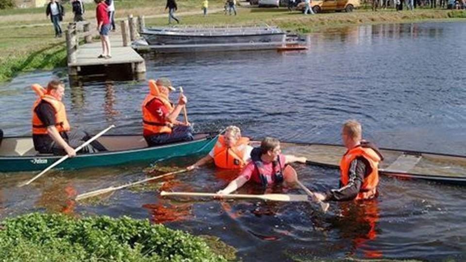Tre mand i hver kano viste sig at være en for meget. To kanoer kæntrede, og besætningen fik en svømmetur. Sejladsen blev senere gennemført, denne gang med to personer på hvert hold.foto: M-LINE