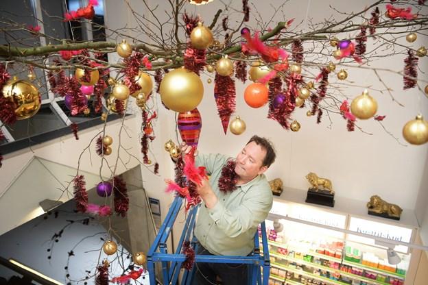 Bjarne Als er her i færd med at lave en 50 kilo tung dekoration.