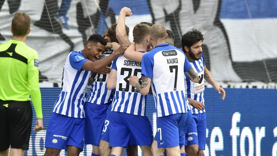 Esbjerg-spillerne jubler over en scoring lørdag eftermiddag.