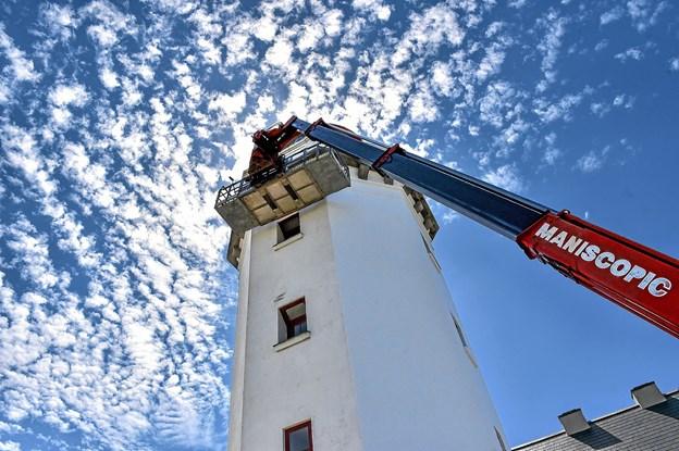 Det kræver godt grej at male fra bunden og til 23 meters højde. Foto: Ole Iversen
