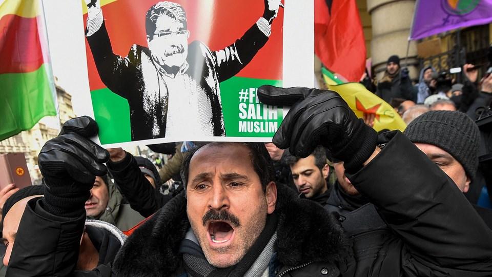 Kurdiske sympatisører fejrer ved retten i Prag beslutningen om at løslade den tidligere leder af Den Kurdiske Demokratiske Union (PYD) i Syrien. Foto: Scanpix/Michal Cizek