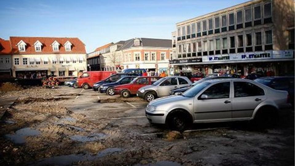 Sandsynligvis er dette billede historisk, da det muligvis er sidste gang nogensinde, at privatbiler holder parkeret på Store Torv. Også postkasserne på pladsen nedlægges. Foto: Diana Holm