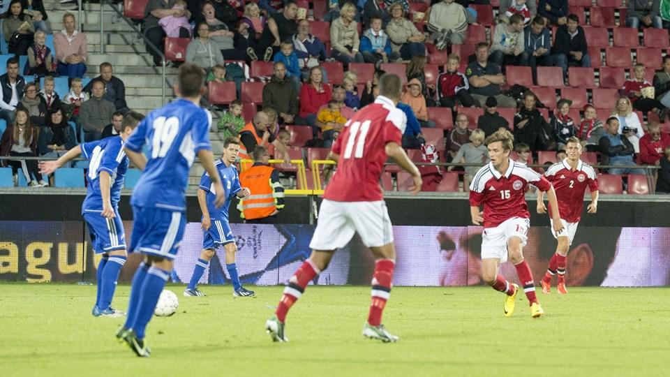 Lucas Andersen (nummer femten) har nu spillet fire kampe for U21-landsholdet og scoret et mål.Foto: Henrik Louis