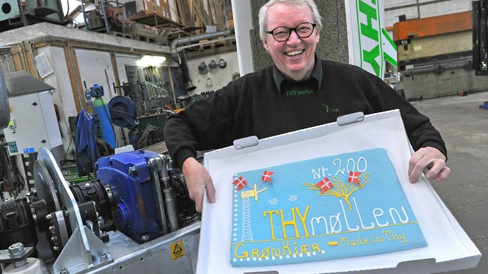 I november sidste år blev der festet for Thy Mølle nummer 200 og Leif Pinholt gav kage. Men siden har tvivl om afregningssatserne for møllernes strøm fra årsskiftet gjort det mere end svært at sælge husstandsmøllerne.Arkivfoto: Ole Iversen