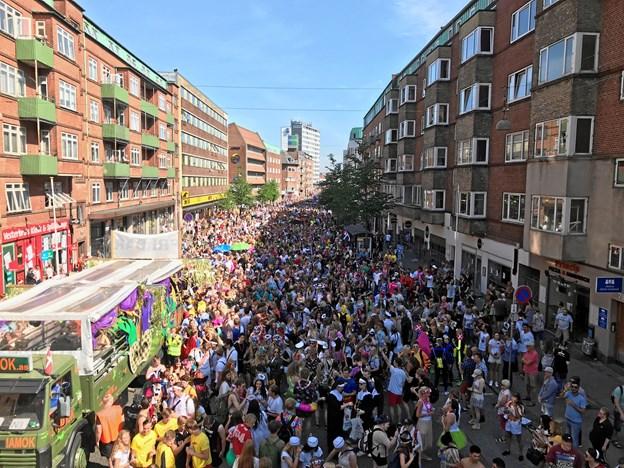 Vesterbro i Aalborg var proppet med glade og feststemte karnevalsdeltagere i alle aldre, og vejrguderne var i høj grad med arrangørerne. Arkivfoto