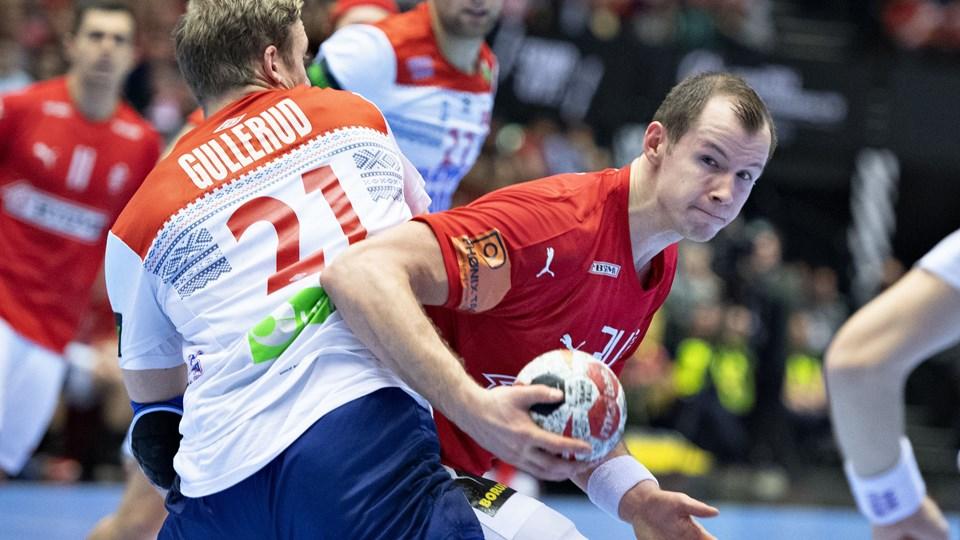 Simon Hald i duel med Norges Magnus Gullerud i torsdagens VM-kamp. Foto: Henning Bagger/Ritzau Scanpix