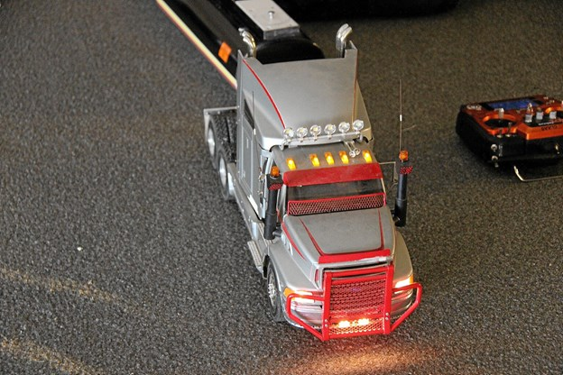 Intet mangler på miniaturelastbilerne. Selv motorlyd, gearskift, lys er der. Foto: Hans B. Henriksen