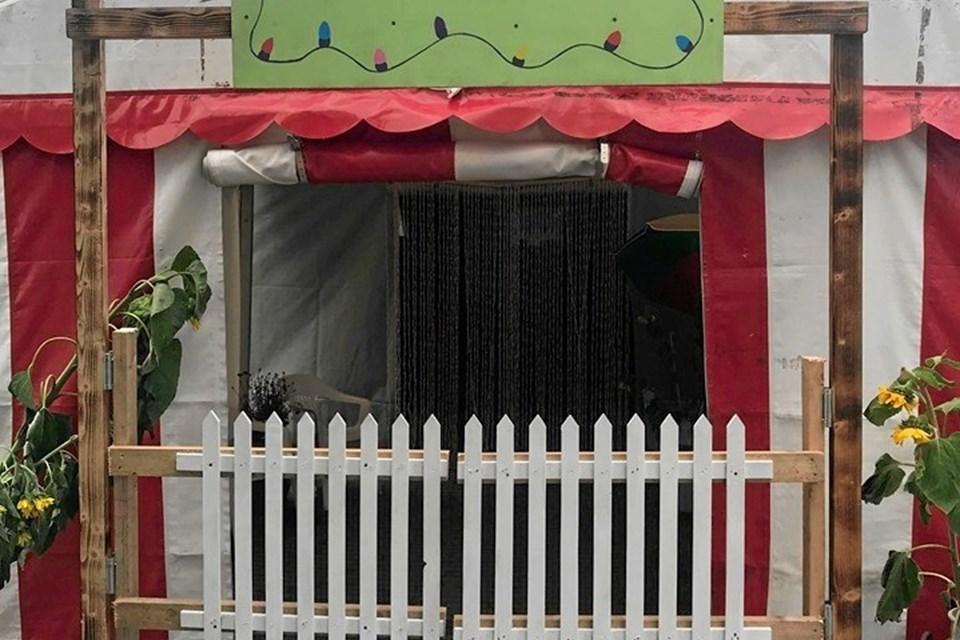 Mormors Kolonihavehus var temaet for festen lørdag aften i pavillonen nabo til hallen og skolen. Privatfoto