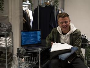 T-shirt-kongen åbner fysisk butik i midtbyen