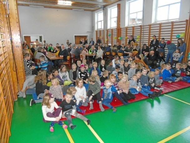 125 børn og voksne lo med klovnen Migu i Arentsminde