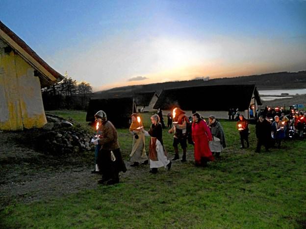Vintersolhvervsmarkedet på Fyrkat den 8. december afsluttes med et smukt og stemningsfuldt fakkeltog i de sene eftermiddagstimer, når mørket falder på. Her fremsiges de traditionsrige vers om årets hjul, der drejer, og solen der vender tilbage. Foto: Nordjyllands Historiske Museum