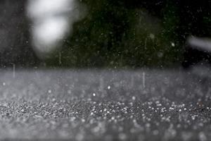 DMI varsler om skybrud flere steder søndag aften