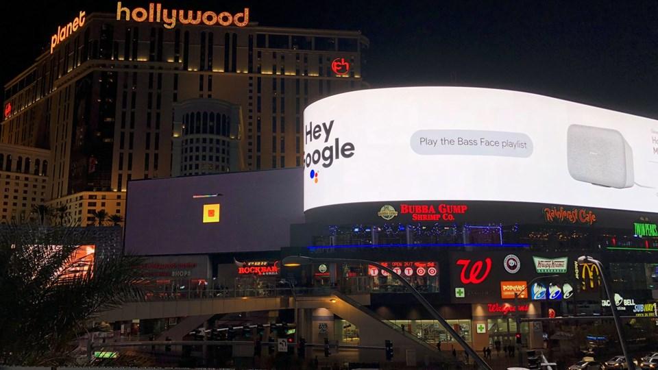 Google reklamerer heftigt for sin tjenesten Google Assistant i forbindelse med den store teknologimesse CES i Las Vegas. Google Assistant flytter ind i mange af de produkter, der præsenteres på CES, herunder blandt andre højttalere fra danske B&O Play. Foto: Free/Ritzau