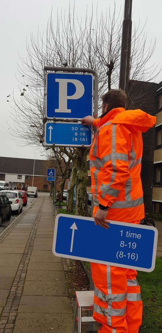 Parkeringsskiltene bliver skiftet ud her i december - kommunen opfordrer derfor bilister til at holde godt øje med, hvad der står, når man parkerer. Foto: Aalborg Kommune