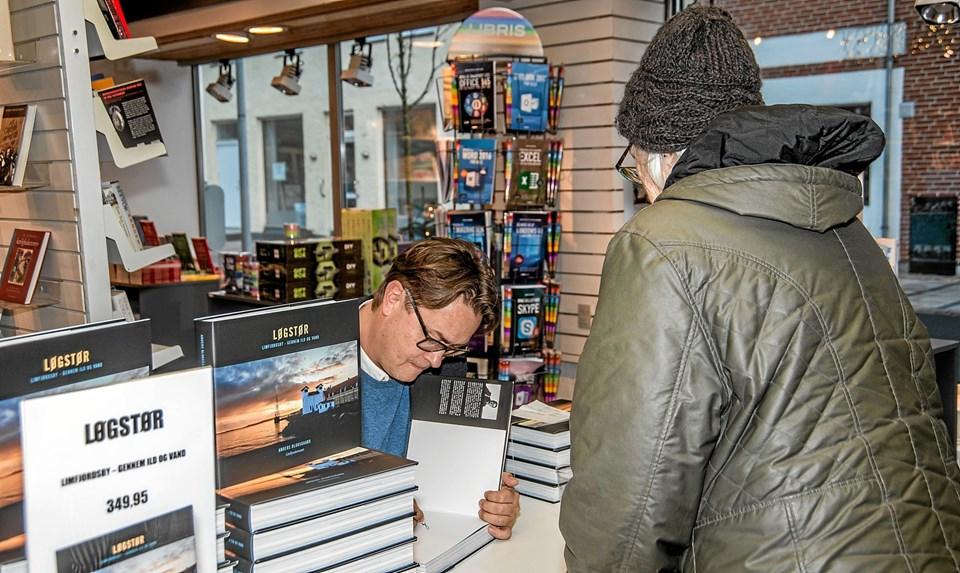 Anders Bloksgaard signerer her sin bog til en kunde. Foto: Mogens Lynge