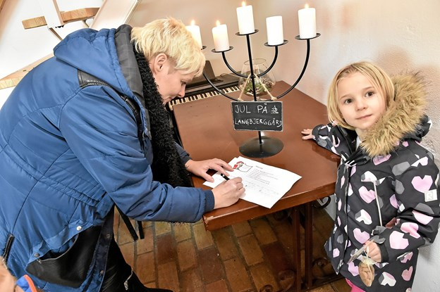 For børnene var der nissejagt rundt i det store hus. Her er det Alberte, der får hjælp af sin mor Linda Hviid-Jørgensen. Foto: Ole Iversen Ole Iversen