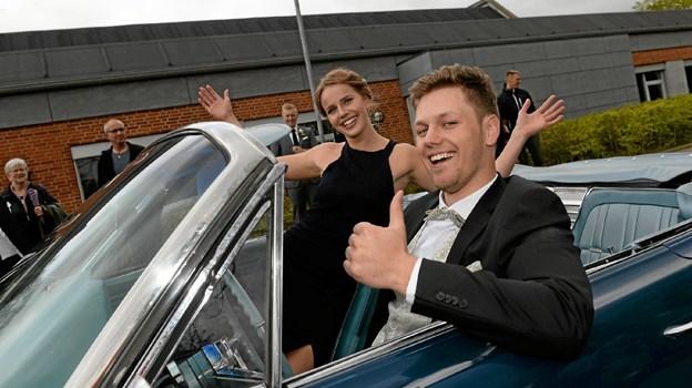 Mange elever ankom i limousiner og sportsvogne. Her er det Heidi Brinkman og Gustav Schultz, 3b, der ankommer standsmæssigt. Foto: Jørgen Ingvardsen