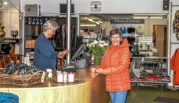 Den anden ejer, Lilly Jensen ekspedere her en kunde Lene. Foto: Mogens Lynge