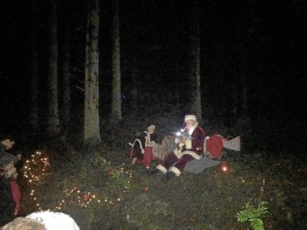 Julemanden læste historier og nissebørn delte godter ud.Foto: Kasper Mølbæk