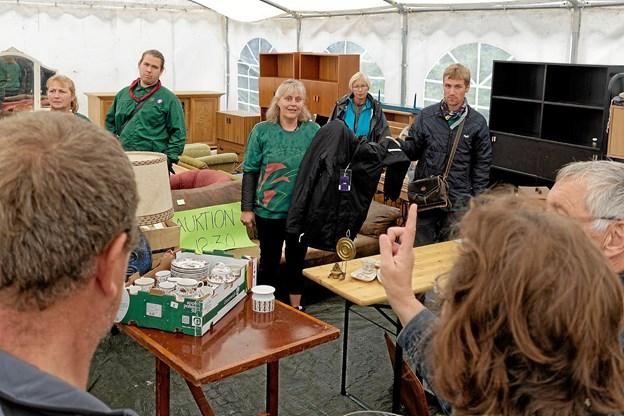 Regn eller ej. Dorthe Gravens store auktion er altid populær og samler mange mennesker, der byder gode priser på de forskellige ting. Foto: Niels Helver