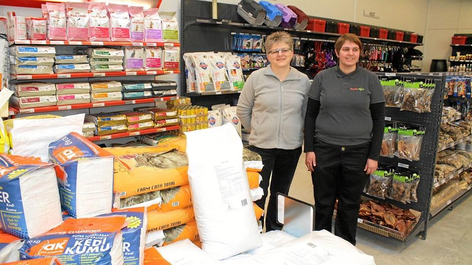 Birgit Larsen og Kristina Sanden er klar til at betjene kunderne i den nye butik hos Danish Agro.Foto: Jørgen Ingvardsen