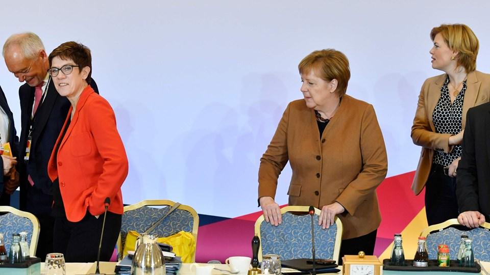 Tysklands kansler og CDU's formand, Angela Merkel (ved sin stol), spejder mod Annegret Kramp-Karrenbauer, der er en af tre kandidater med gode chancer for fredag at overtage Merkels plads i tysk politik. (Arkivfoto)