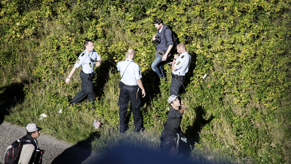 Politikens fotograf Martin Lehmann (bagest) bliver anholdt, efter politiet har bedt pressen fjerne sig fra en gruppe flygtninge, der går på motorvejen nord for Padborg, 9. september 2015. Foto: Scanpix/Ólafur Steinar Gestsson/arkiv