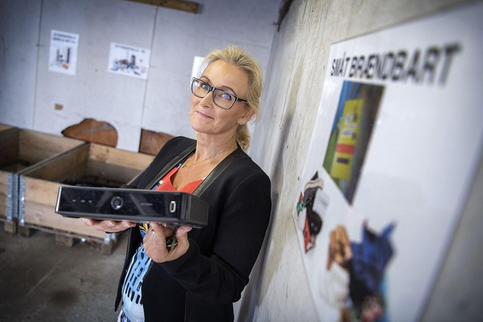 Mette Juul-Nyholm i storskraldsrummet, hvor der blandt andet afleveres elektronik. Hvis en beboer kan finde anvendelse for fx denne router, er de velkomne til at tage den.