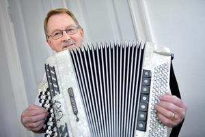 Jens Eriks harmonikaklub fejrer 20-års jubilæum: Nu er der brug for frisk blod