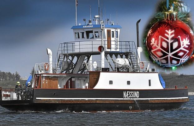 Næssundfærgen har julestue ombord i hele december måned, hvor der også sælges rabatkort til overfarten i årets sidste måned. Fotomontage: Ole Iversen