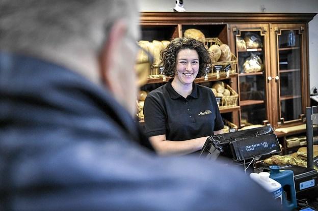Laila håber, at mange kigger forbi søndag - vi har masser af tilbud på hylderne til en krone, siger hun. Foto: Ole Iversen