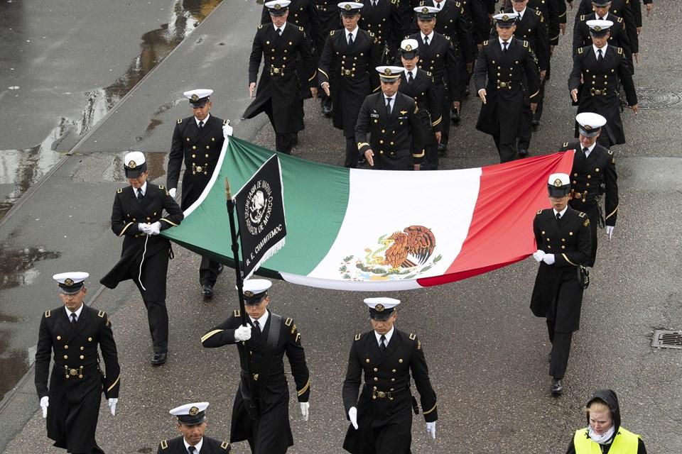 Det mexicanske skib Guauhtemoc kan kendes på et enormt flag i stavnen - og der var selvfølgelig også flag med, da besætningen gik i parade. Foto: Henrik Bo