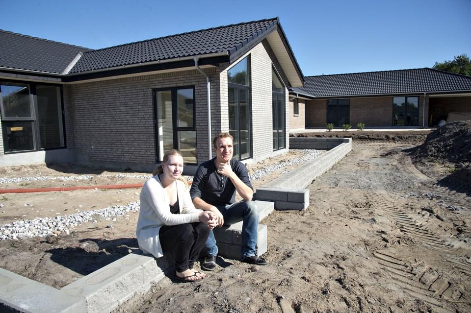 Tine Josefsen og Kristian Lysdahl foran deres nye hus i Golfparken. Det unge par valgte at bygge nyt, og det samme har godt et halvt hundrede andre familier gjort i Golfparken, der på fire et halvt år er vokset til en helt ny bydel.                           Foto: Kurt Bering