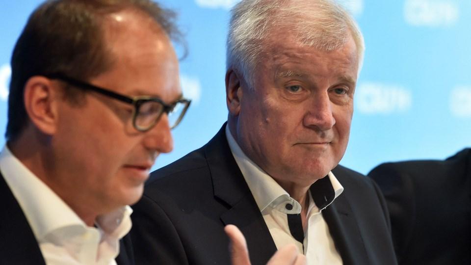Forbundskansler Angela Merkels indenrigsminister fra det bayerske CSU, Horst Seehofer (th.) er ikke tilfreds med den aftale, som er indgået med andre EU-lande om at reducere indvandring, siger unavngivne kilder til AFP. Derved kan en krise i den tyske koalitionsregering blive optrappet. Foto: Christof Stache/Ritzau Scanpix