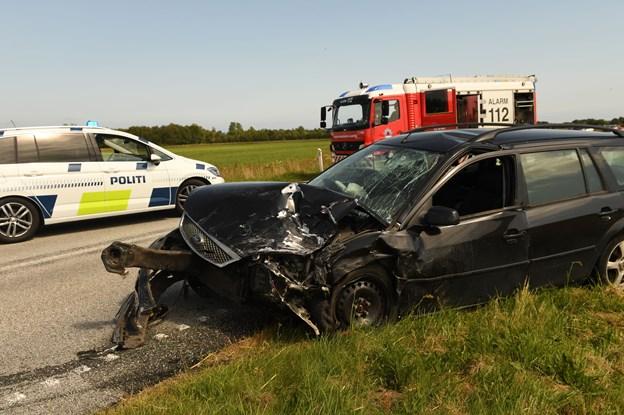 Alvorlig trafikulykke: To biler i frontalt sammenstød - 56-årig kvinde dræbt