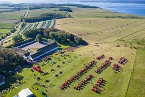 Se videoen og billederne: 135 traktorer i rekordforsøg