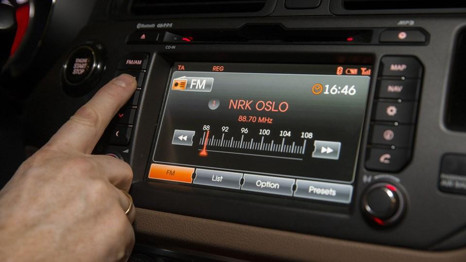 I Norge bliver mange danske bilradioer formentlig tavse, hvis ikke de kan modtage DAB+. Her har politikerne nemlig valgte at lukke for FM-båndet, og samme manøvre lægger den danske regering op til. Foto: Scanpix/Berit Roald/arkiv