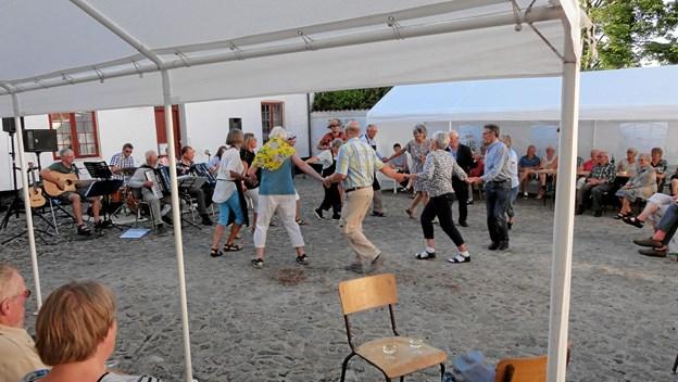 Odden Herregård bød velkommen til 90 gæster i borggården, da Kielgasterne spillede op til hygge og dans. Privatfoto