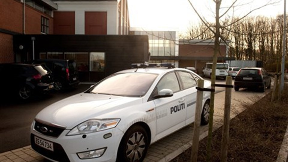 Stort politiopbud ved Retten i Hjørring. Foto: Henrik Louis.
