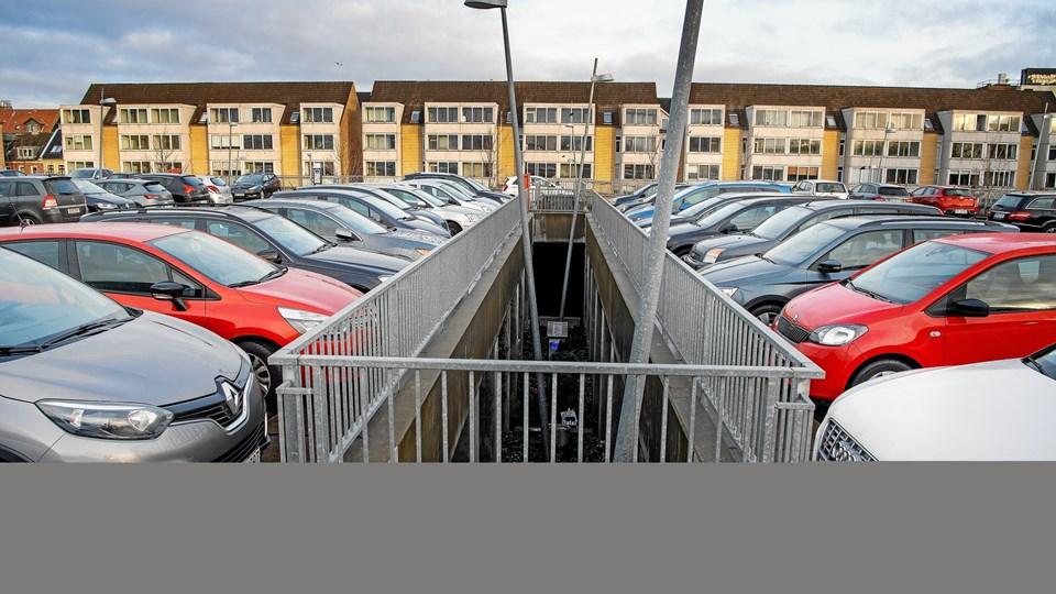 Kommunen overholder ifølge et kommunalt notat ikke sine forpligtelser i forhold til parkeringsfonden, hvor man har haft svært ved at finde egnede arealer til nye p-pladser.  Arkivfoto: Lars Pauli