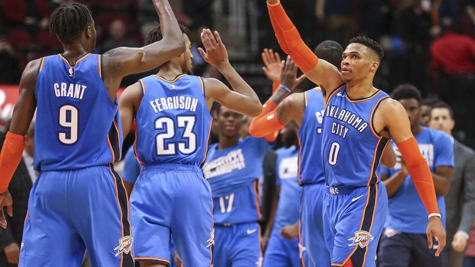 Russell Westbrook (til højre) er vel nok NBA's mest alsidige spiller. Det viste han igen natten til tirsdag i sejren over Portland Trail Blazers.