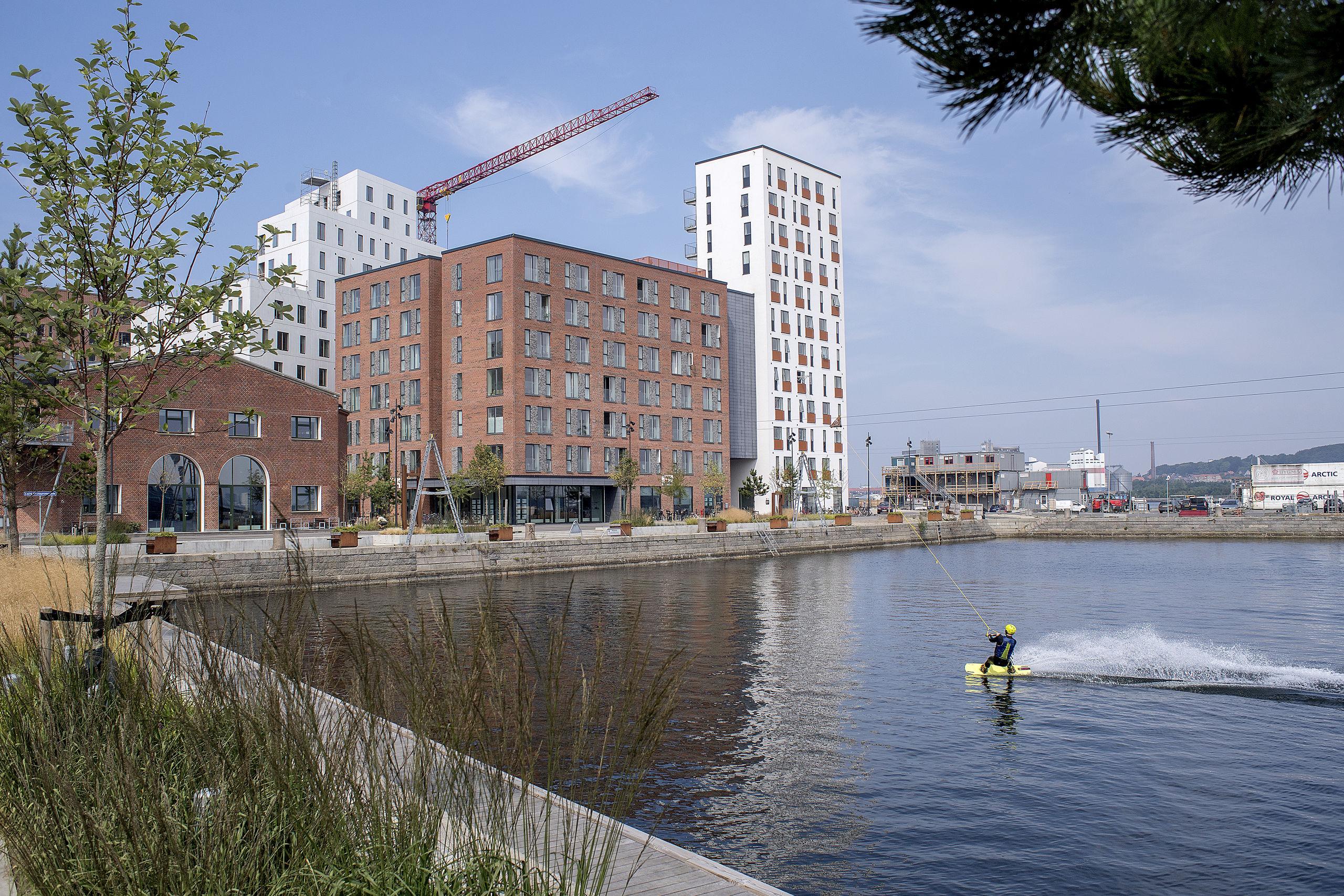 Aalborg Cable Park holder til i bassinet i Østre Havn i Aalborg, og klubben har i dag ca. 300 aktive medlemmer. Arkivfoto: Lars Pauli