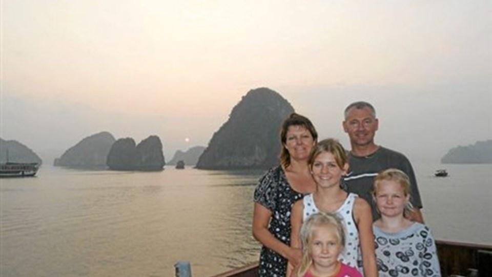 Familien Nielsen med Halong Bay i baggrunden. Privatfoto