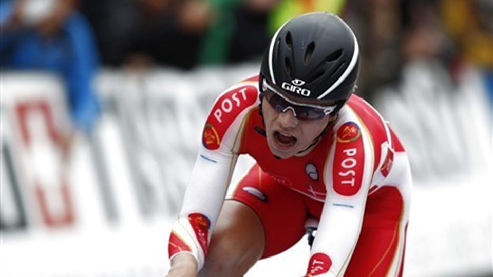 Mads Würtz Schmidt - nykåret verdensmester i enkeltstart hos juniorerne - får rosende ord med på vejen af Saxo Bank-Sungaards cykelboss Bjarne Riis. Foto: Scanpix