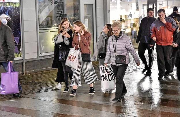 Der er mange fyldte bæreposer i Aalborgs bybillede, men der bliver handlet i færre butikker. Arkivfoto: Ole Iversen