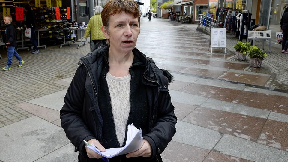 Tina Jensen, selv tidligere bruger af det psykiatriske sengeafsnit N8 i Thisted, var i går på gaden for at samle underskrifter ind til støtte for stedet. Foto: Peter Mørk
