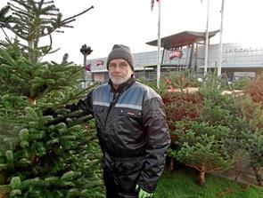 Mikael sælger juletræer 12 timer i døgnet